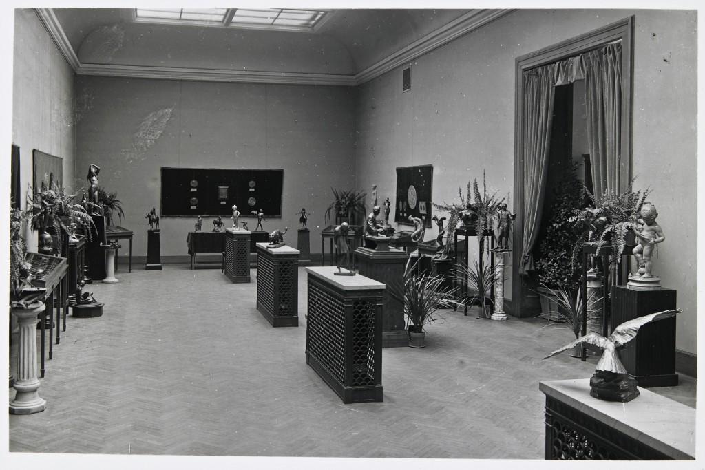 Mia galleries in 1919.